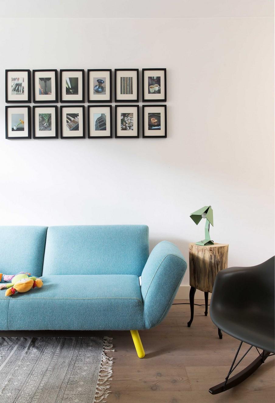 canapé bleu et petits cadres