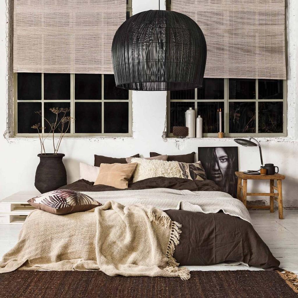 vtwonen witte slaapkamer grote ramen bruin en beige beddengoed grote zwarte hanglamp