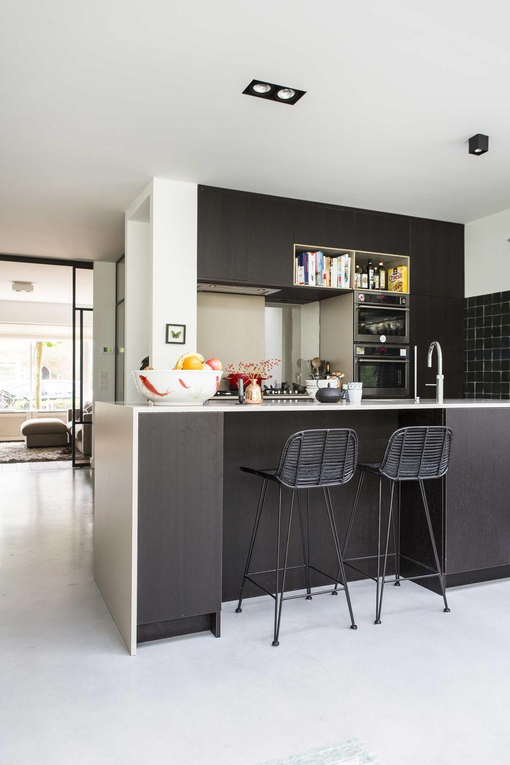 Keuken met barkrukken