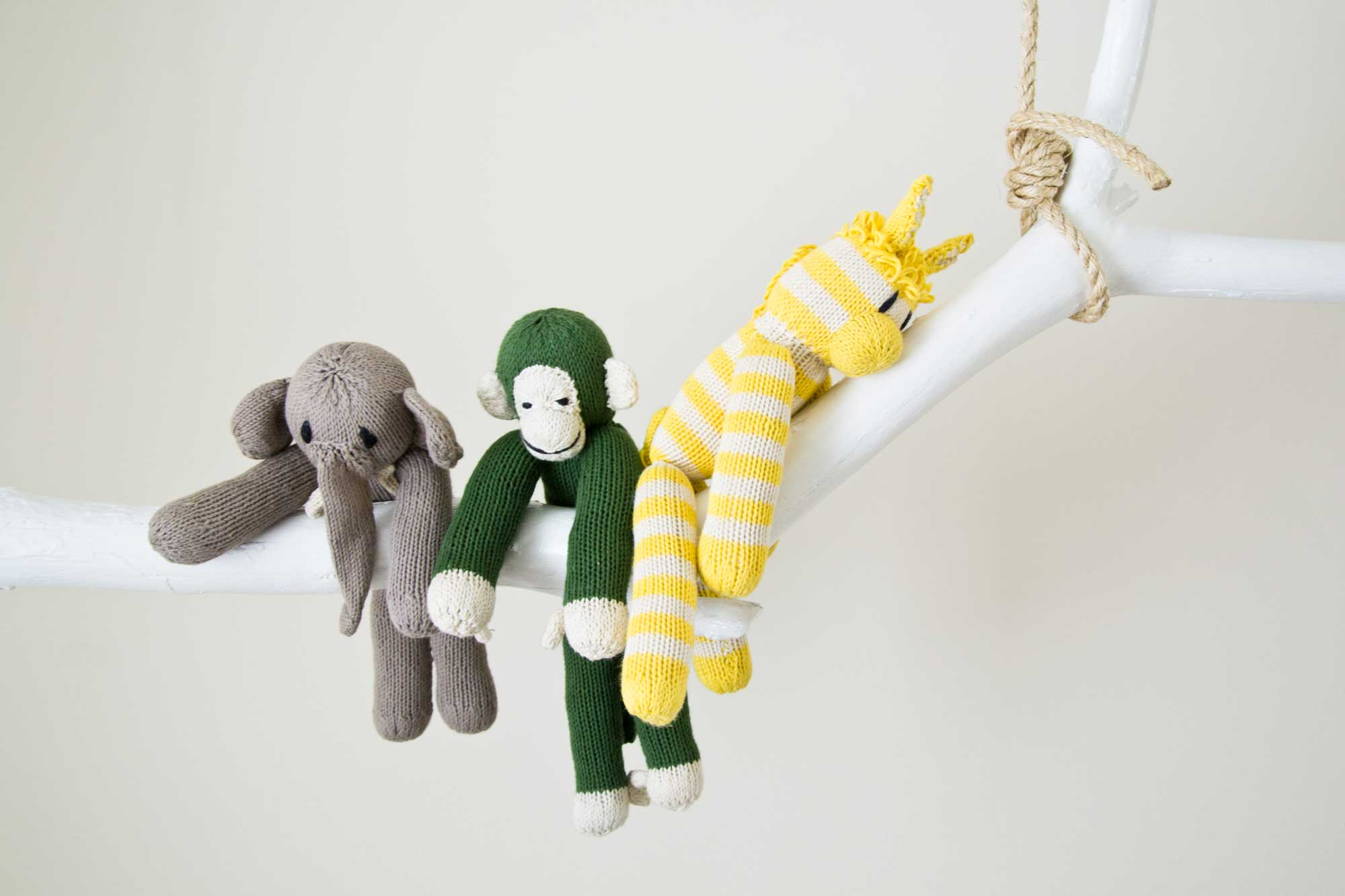 Gebreide knuffels van Kenana Knitters | foto door Paulina Arcklin
