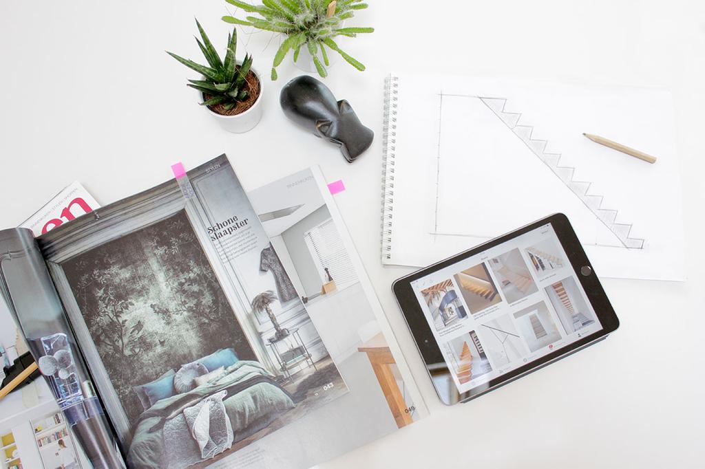 Magazine en tablet op tafel