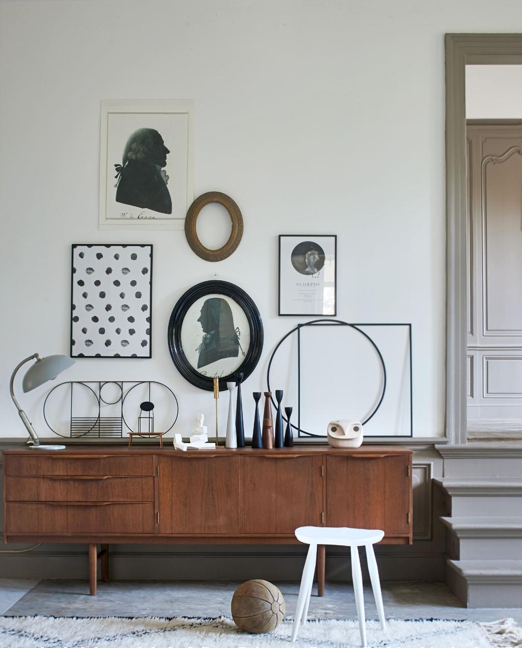 Mixen van stijlen: vintage dressoir met klassiek en kunst