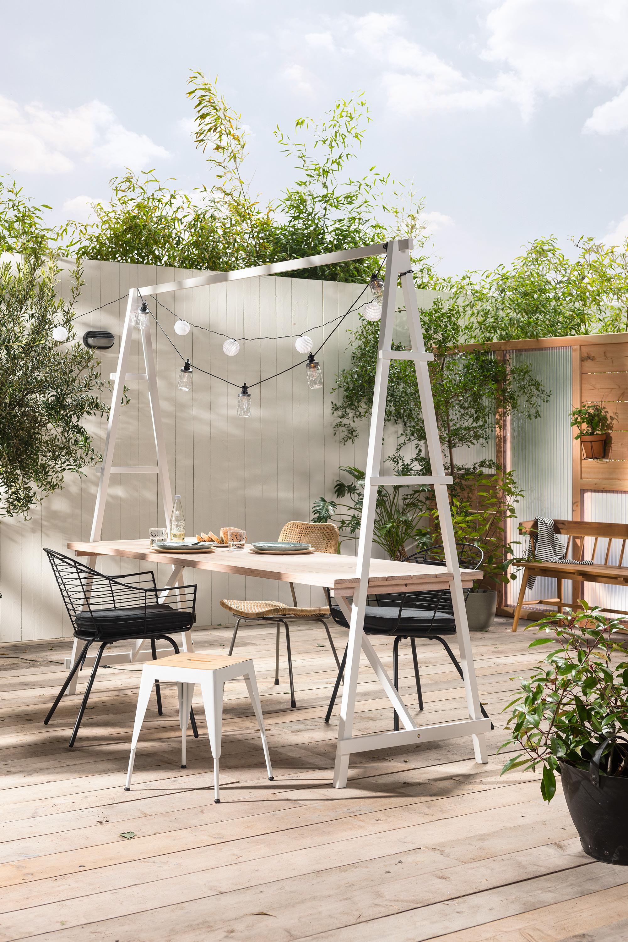 Eethoek in tuin met tafel en stoelen