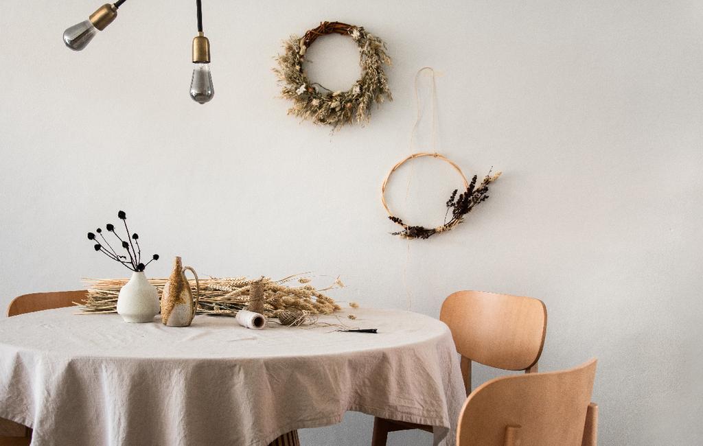 vtwonen blog rachel terpstra | diy bloemenkrans maken basic tafel met linnen tafelkleed