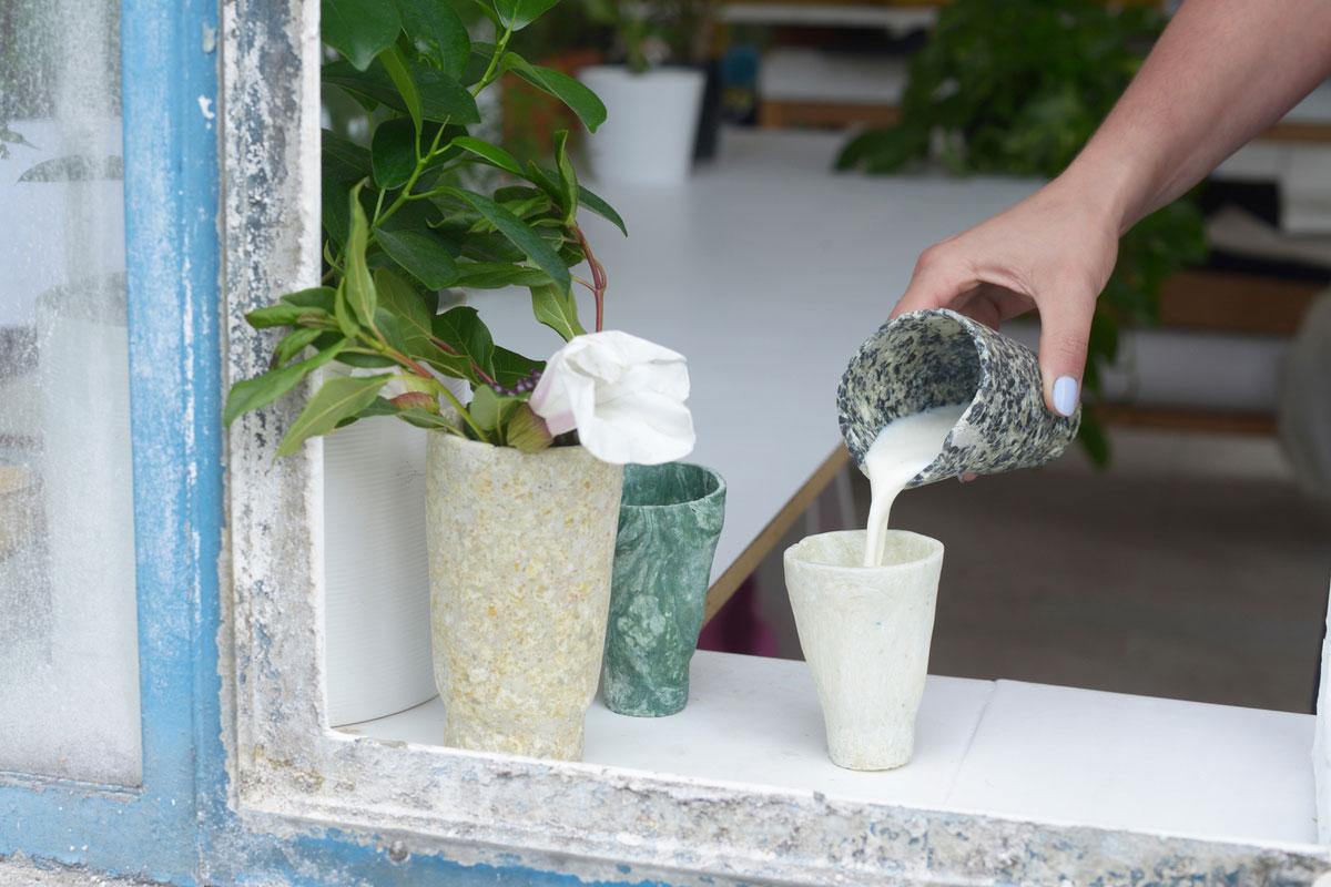 Servies uit melk-eiwit – door Tessa Silva-Dawson