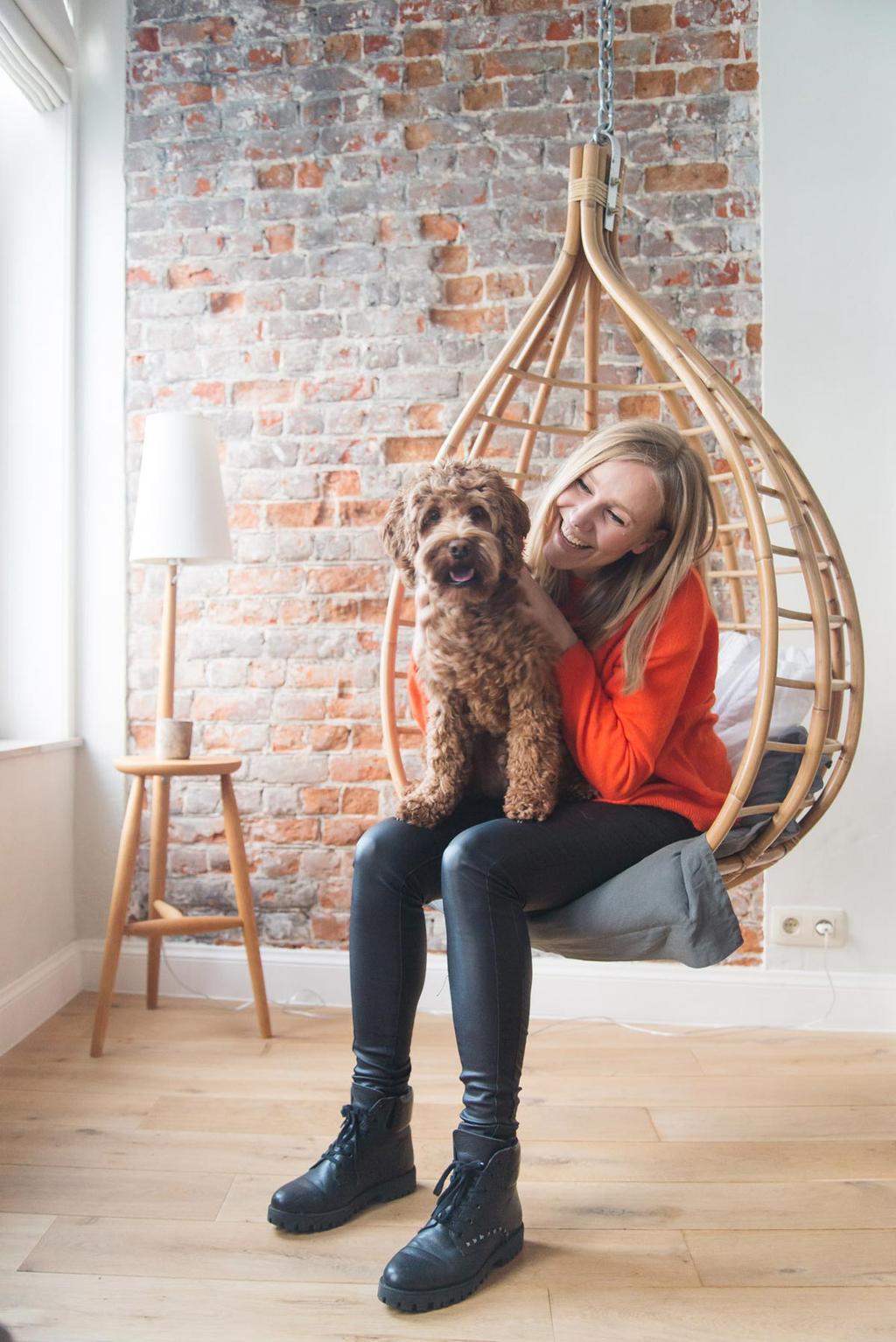 Anne met hond in de hangstoel in B&B The Doghouse in Brugge