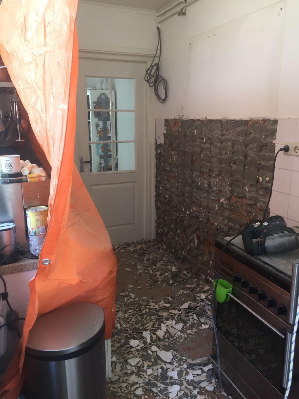 het-verbouwen-van-onze-keuken-er-zaten-kleine-witte-tegeltjes-op-de-muur-een-ramp-om-die-dingen-eraf-te-halen-want-ze-zaten-vast-in-beton-gevolg-was-een-hele-week-lang-met-de-drilboor-in-de-weer