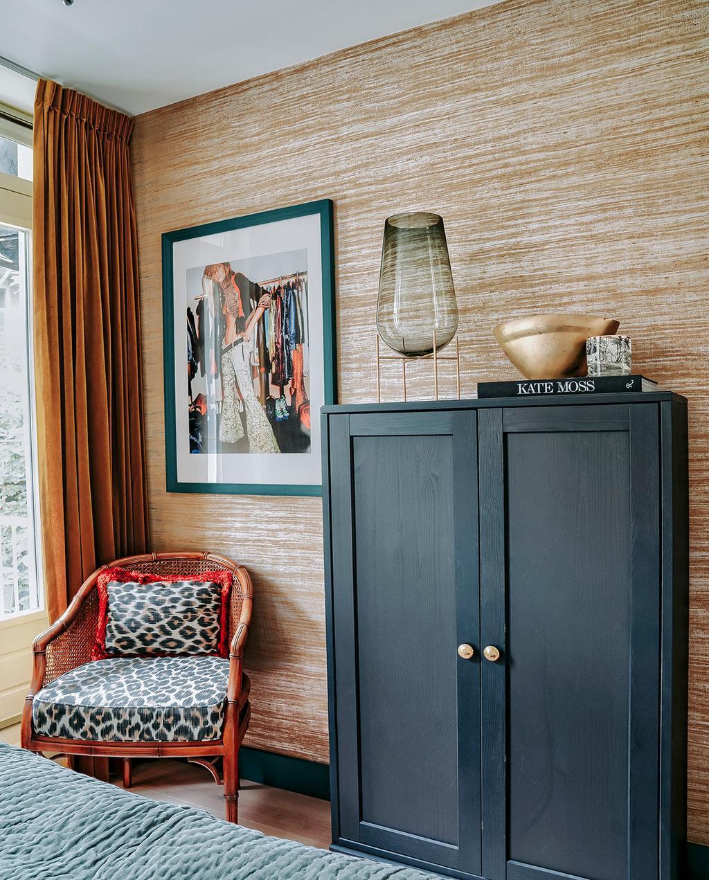 vtwonen 06-2021 | zwarte kasten en panterprint fauteuil met gouden behang met strepen