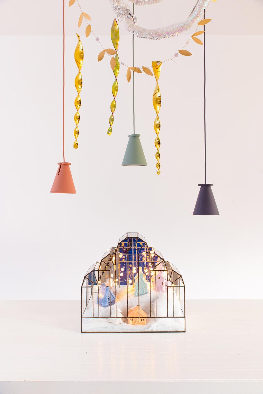 Kerstdorp in glazen stolp onder lampjes en slingers gemaakt door blogger Oh Marie!