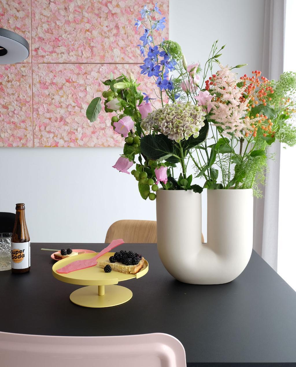 vtwonen blog prchtg | waarom prchtg een goed team is roze kunst witte bollige vaas