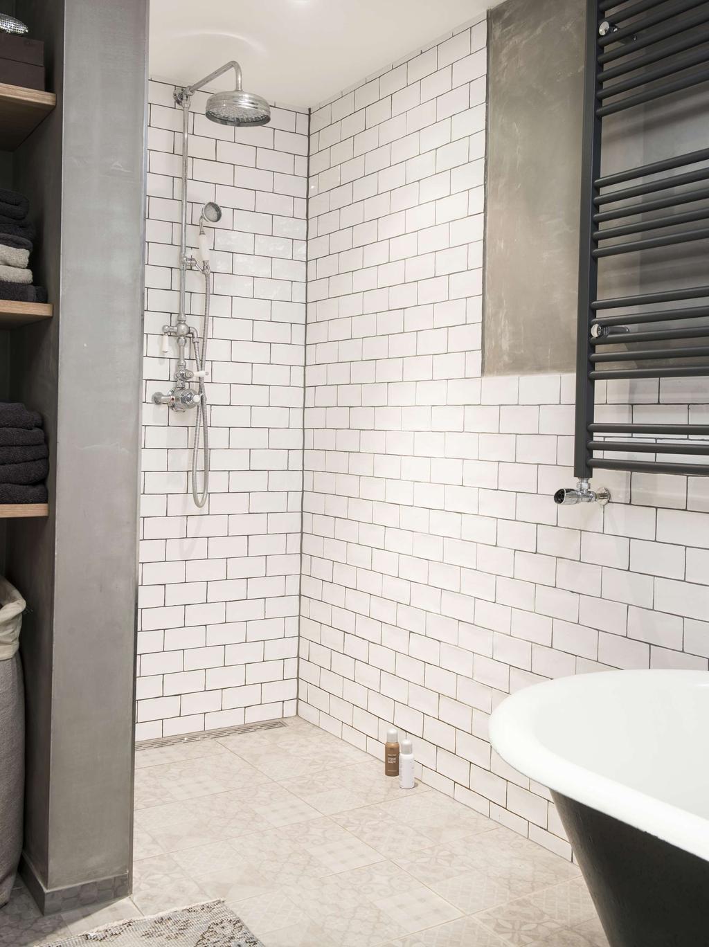 badkamer met witte tegels