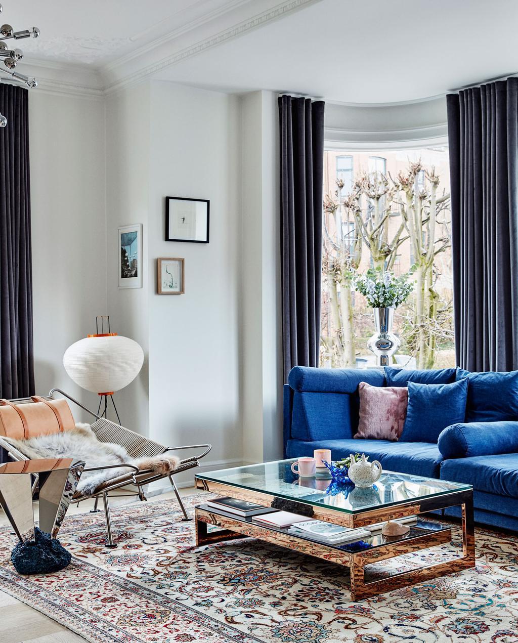 vtdéco - visite guidée - appartement à Copenhague - coin salon vue table basse et lampe papier de riz