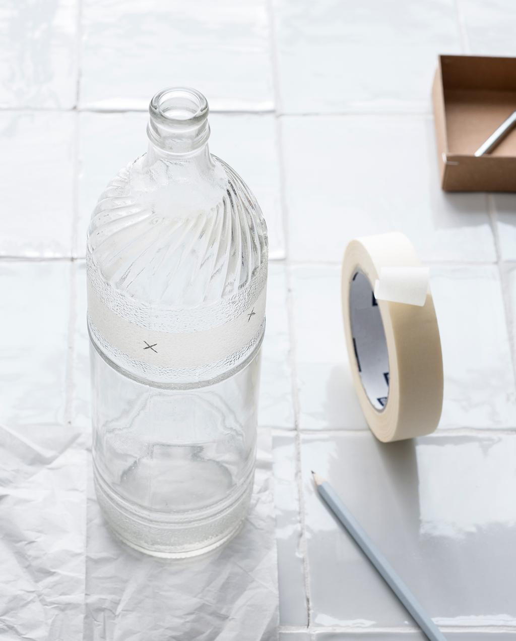 vtwonen 03-2021 | fles op tafel met tape