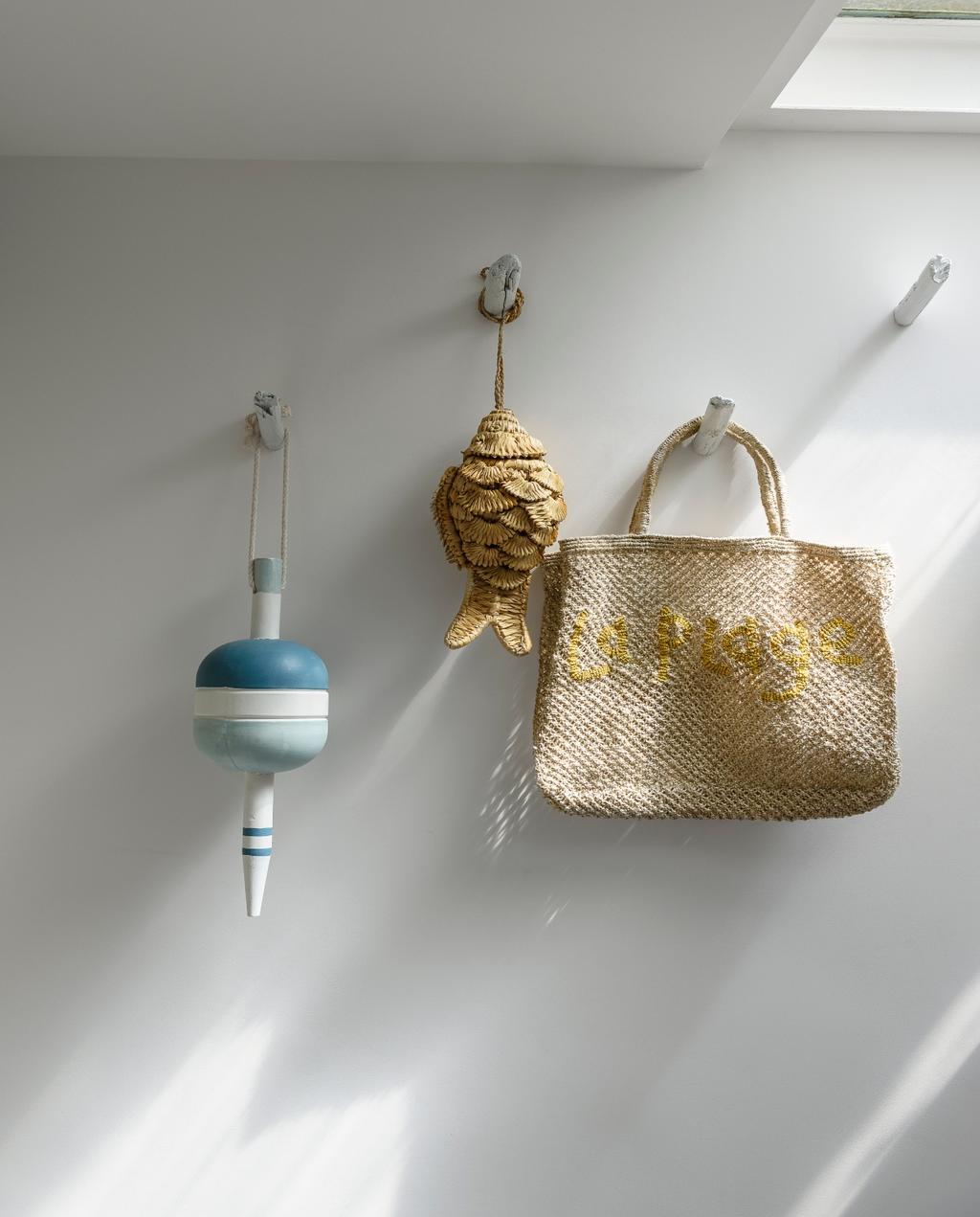 vtwonen 07-2020 | binnenkijken cannes strandhuis rieten accessoires aan de muur