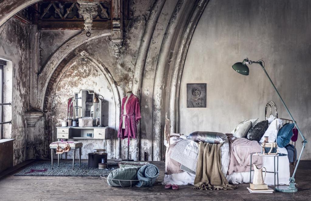 Parisiennes - nonchalante slaapkamer met lakens en borstbeeld