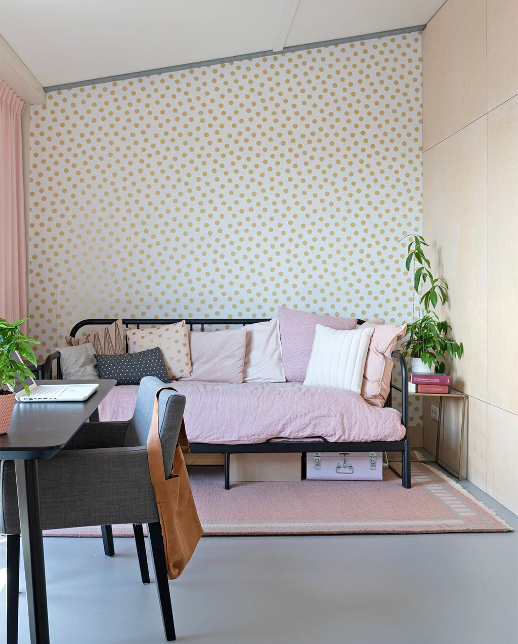 vtwonen 07-2021 | behang met stippen en een slaapkamer met roze dekbedovertrek
