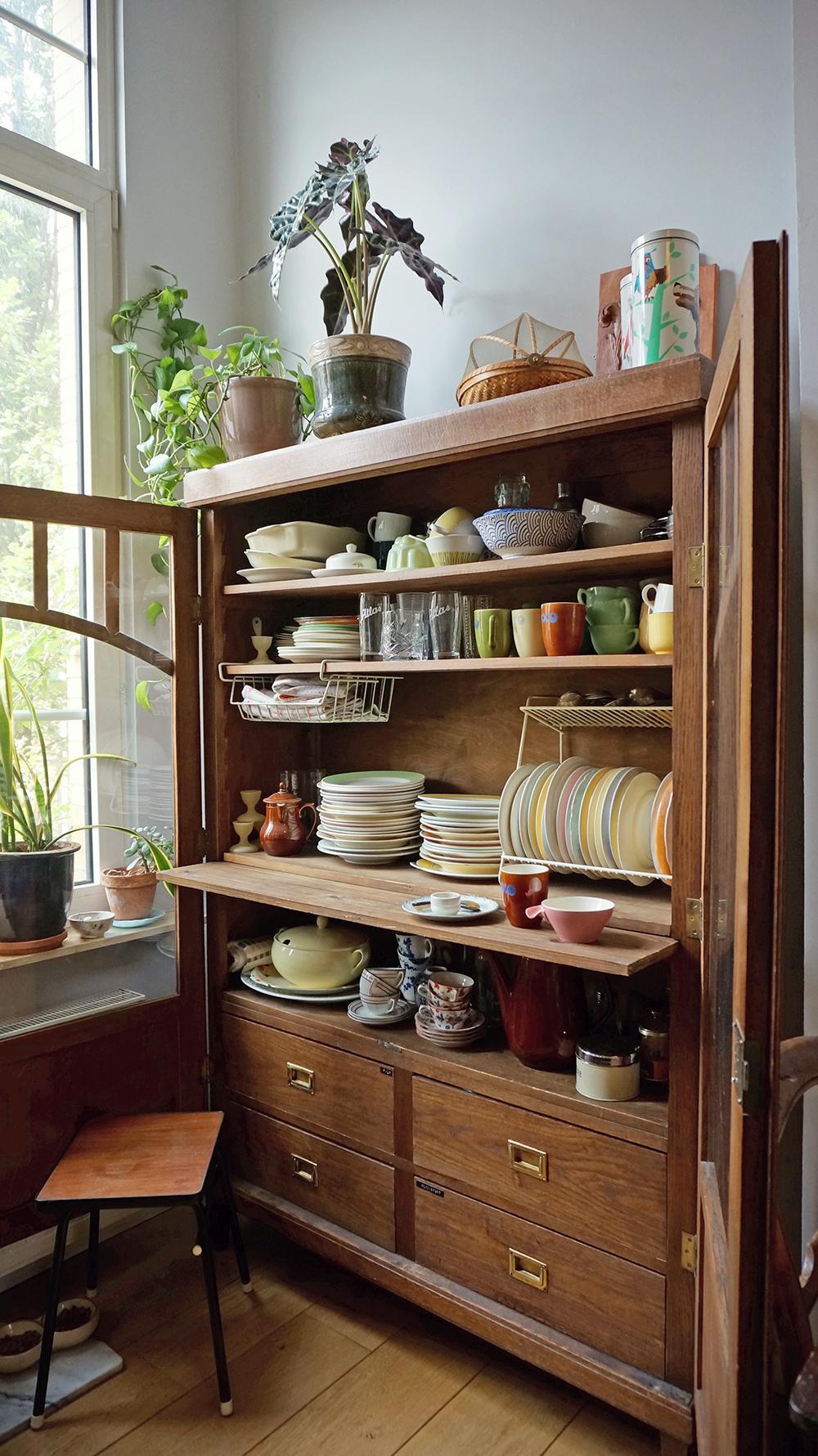 we-hebben-nooit-begrepen-waarom-mensen-duizenden-euro-s-aan-een-keuken-uitgeven-al-die-weggewerkte-handgrepen-en-steriele-fronts-zijn-helemaal-niet-nodig-als-je-een-praktische-losse-keukenkast-hebt-in-zo-n-vintage-keukenkast-hoort-natuurlijk-vintage-servies-bijna-alles-wat-hierin-staat-is-door-de-jaren-heen-bij-elkaar-verzameld-en-wordt-gewoon-gebruikt