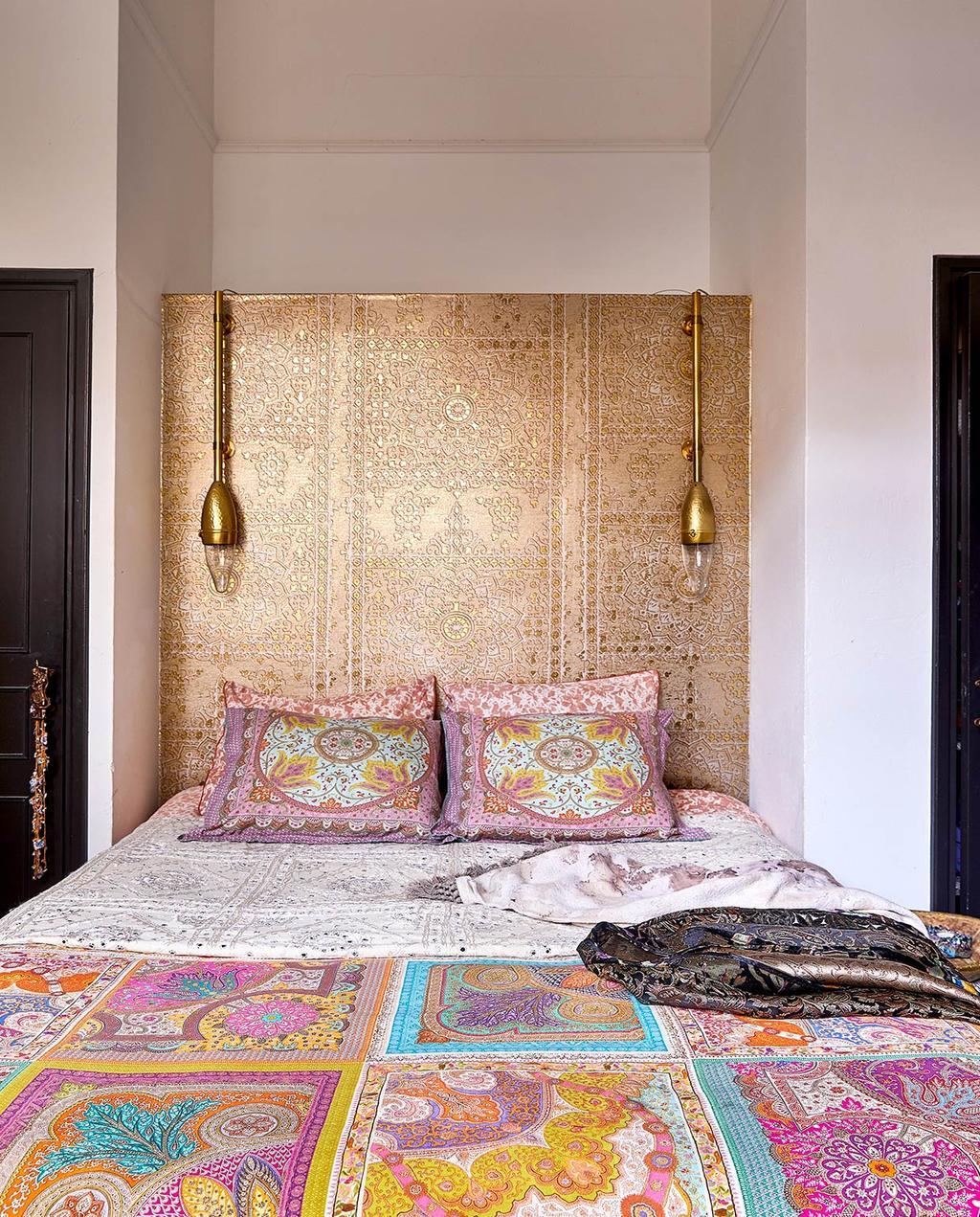 vtwonen 06-2021 | opgemaakt bed met veel kleuren en een gouden achterwand