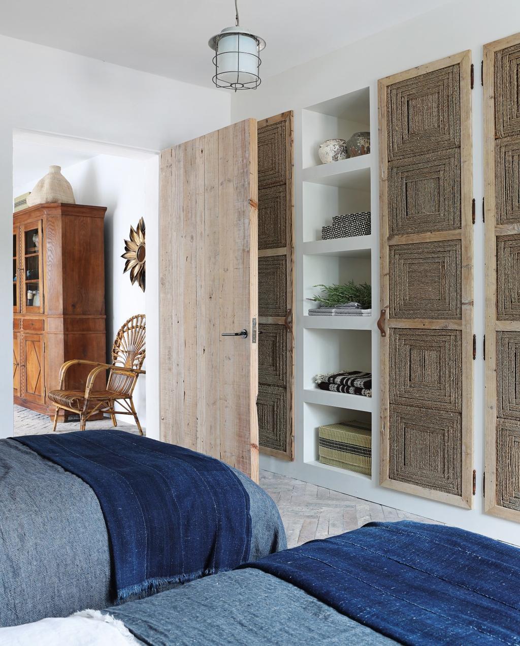 vtwonen 08-2020 | bk buitenland ibiza slaapkamer met vintage deuren