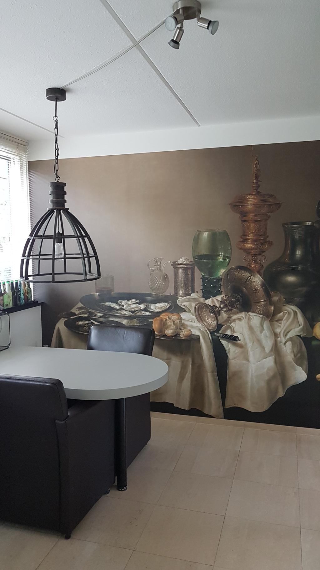 lekker-ontbijten-aan-de-keukentafel-met-uitzicht-op-het-prachtige-schilderij-van-heda-uit-1635-de-vergulde-bokaal
