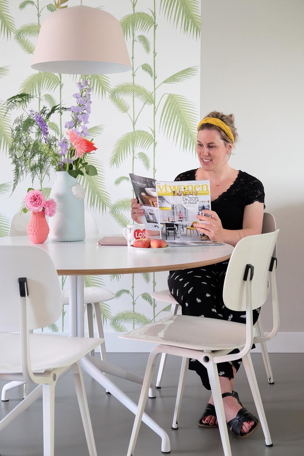 Jessica van PRCHTG aan de eettafel met een vtwonen magazine
