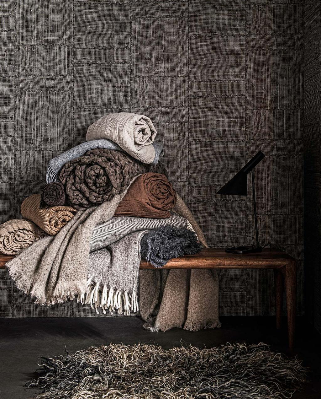 vtwonen 02-2021 | nachtleven dekens op houten bank