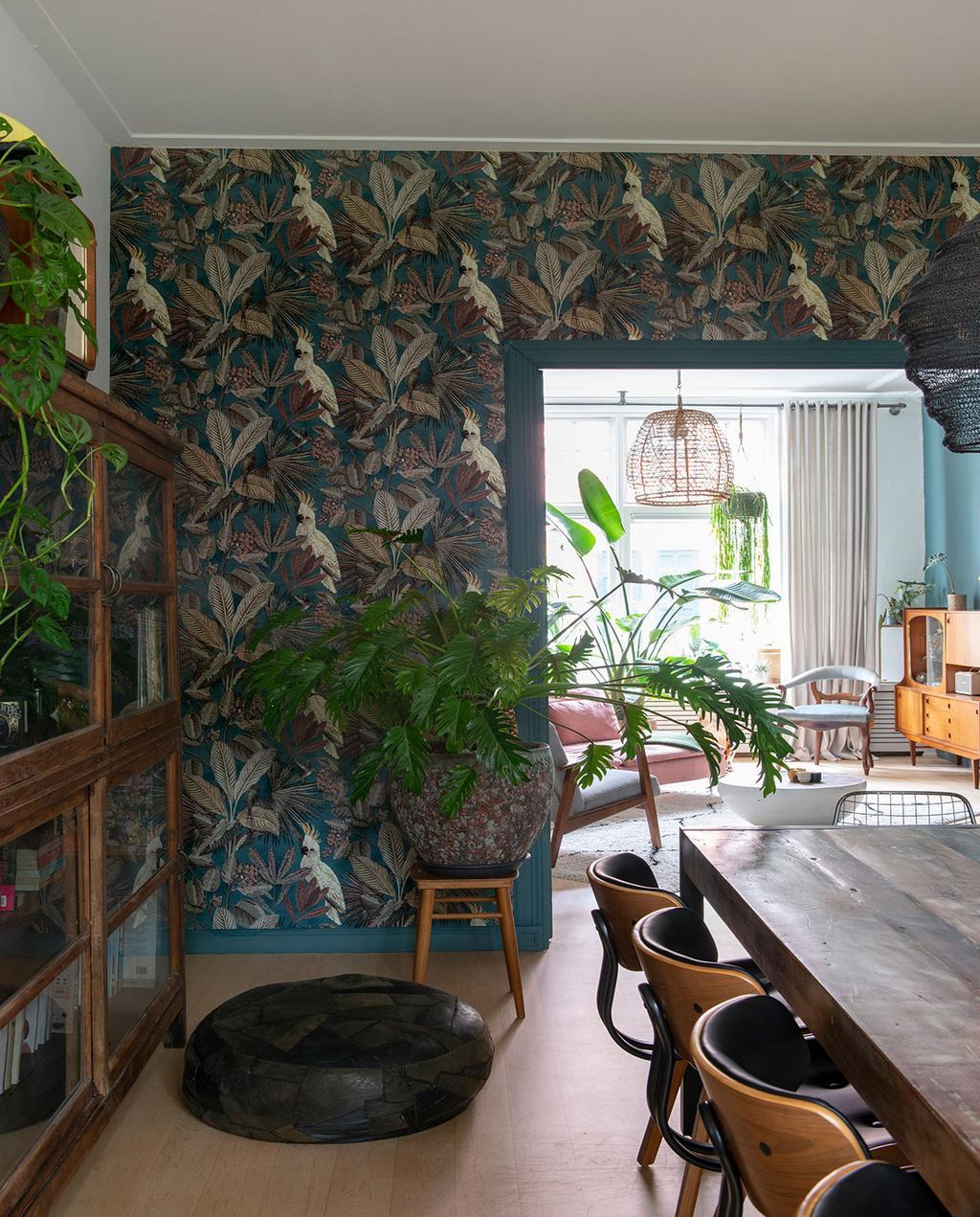 vtwonen 01-2021 | woonkamer muur met groen bloemenprint, houten tafel