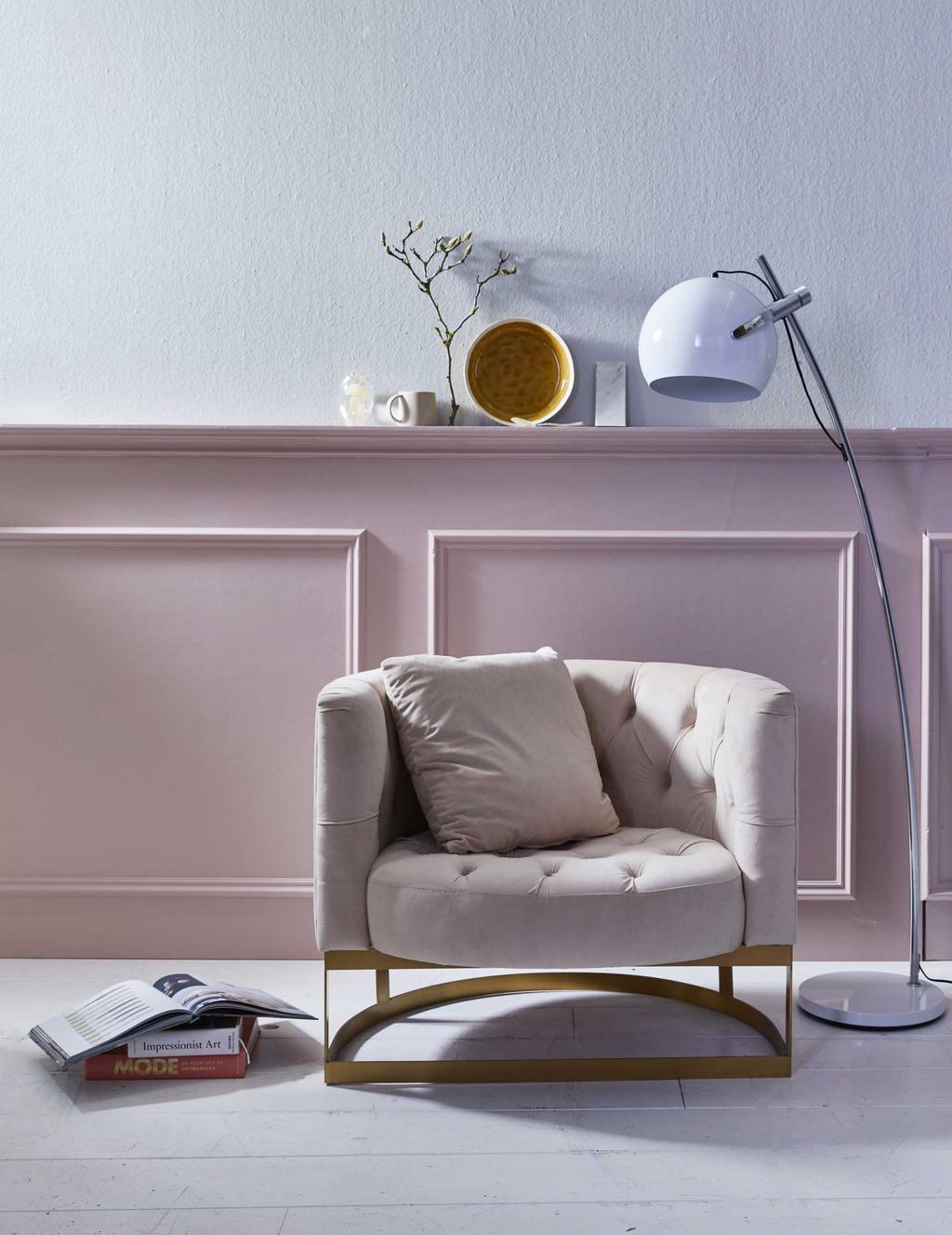 Een half ronde fauteuil van poederroze fluweel en roze lamberisering