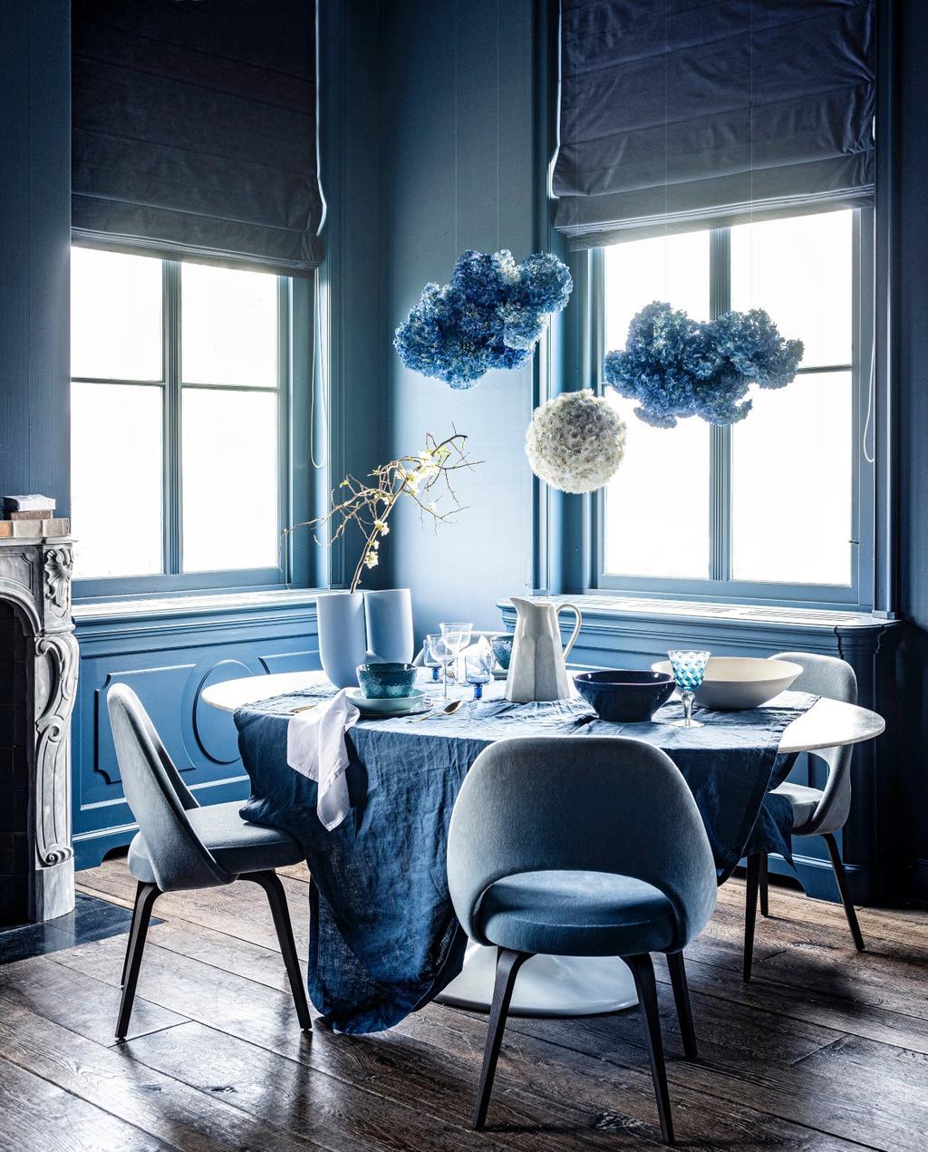 vtwonen 07-2020 | styling blauw ronde eettafel met blauwe stoelen en hortensia pompons