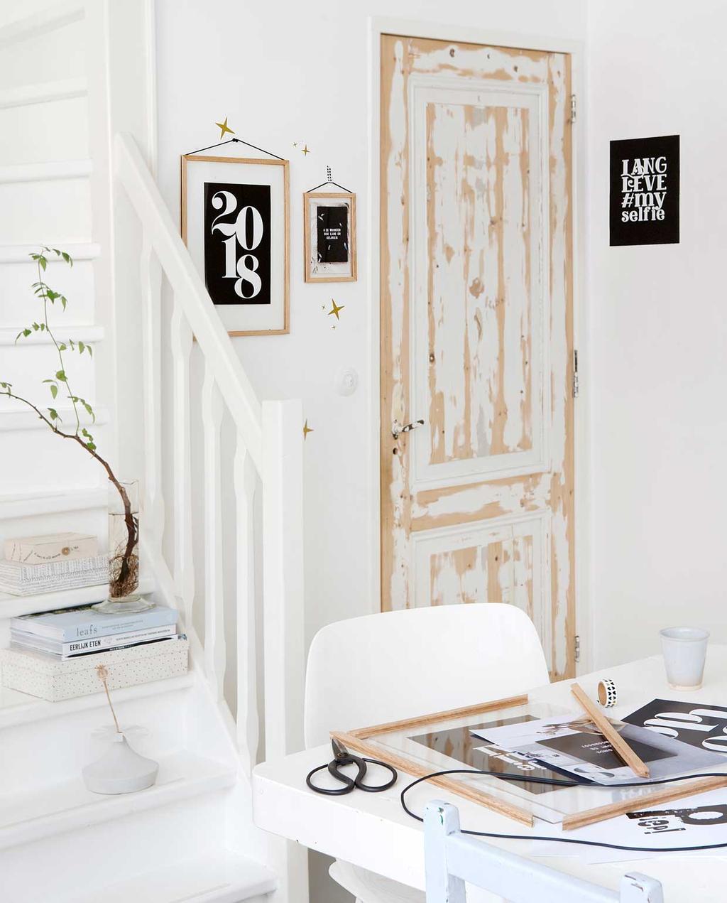 vintage houten deur   afgesleten deur   witte trap