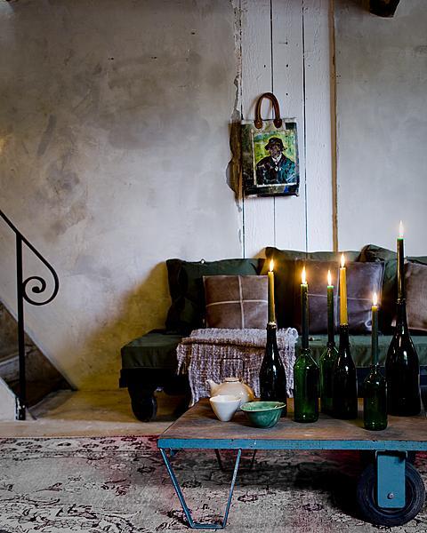 kaarsen in wijnflessen
