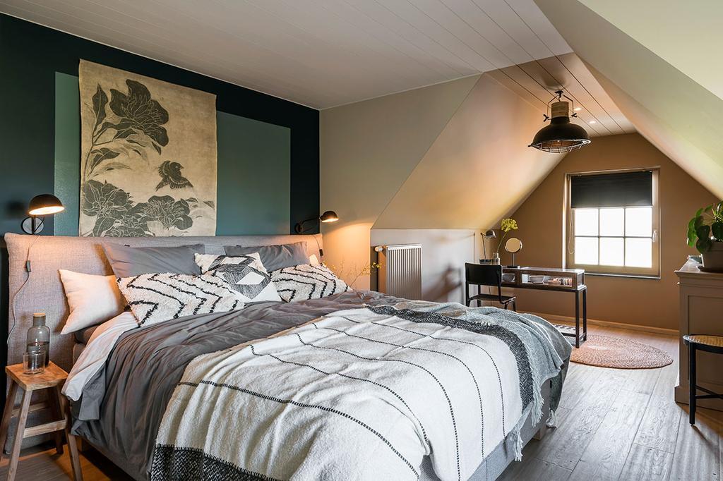 Geverfde muren in de slaapkamer van Carlo en Carolien uit de achtste aflevering van het tweede seizoen van 'Een frisse start met vtwonen'.