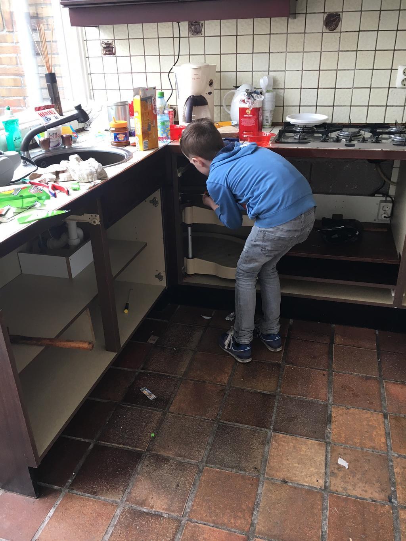 de-oude-keuken-vakkundig-gesloopt-door-zoon-sem-een-dichte-keuken-met-chinees-doorgeef-luik-de-moker-erin