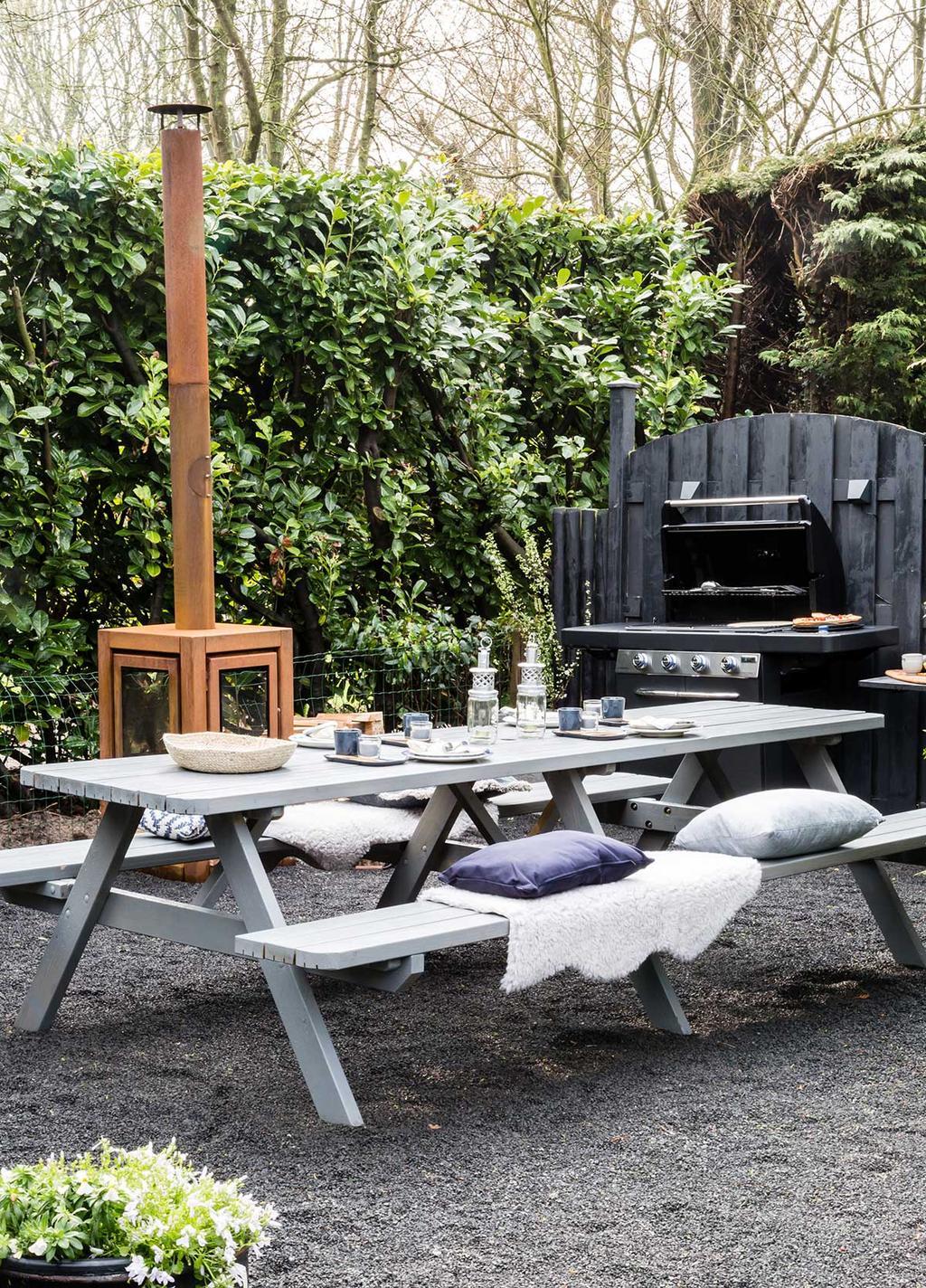 vtwonen tuin make-over met picknicktafel en buitenkachel