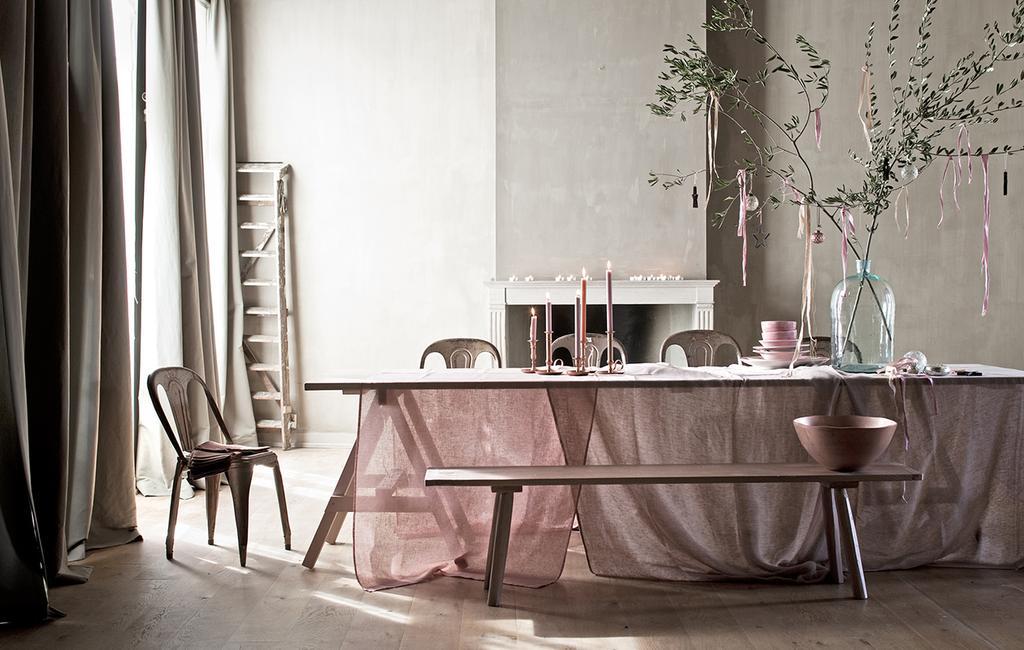vtwonen 12-2012 | gedekte tafel met roze linnen stof