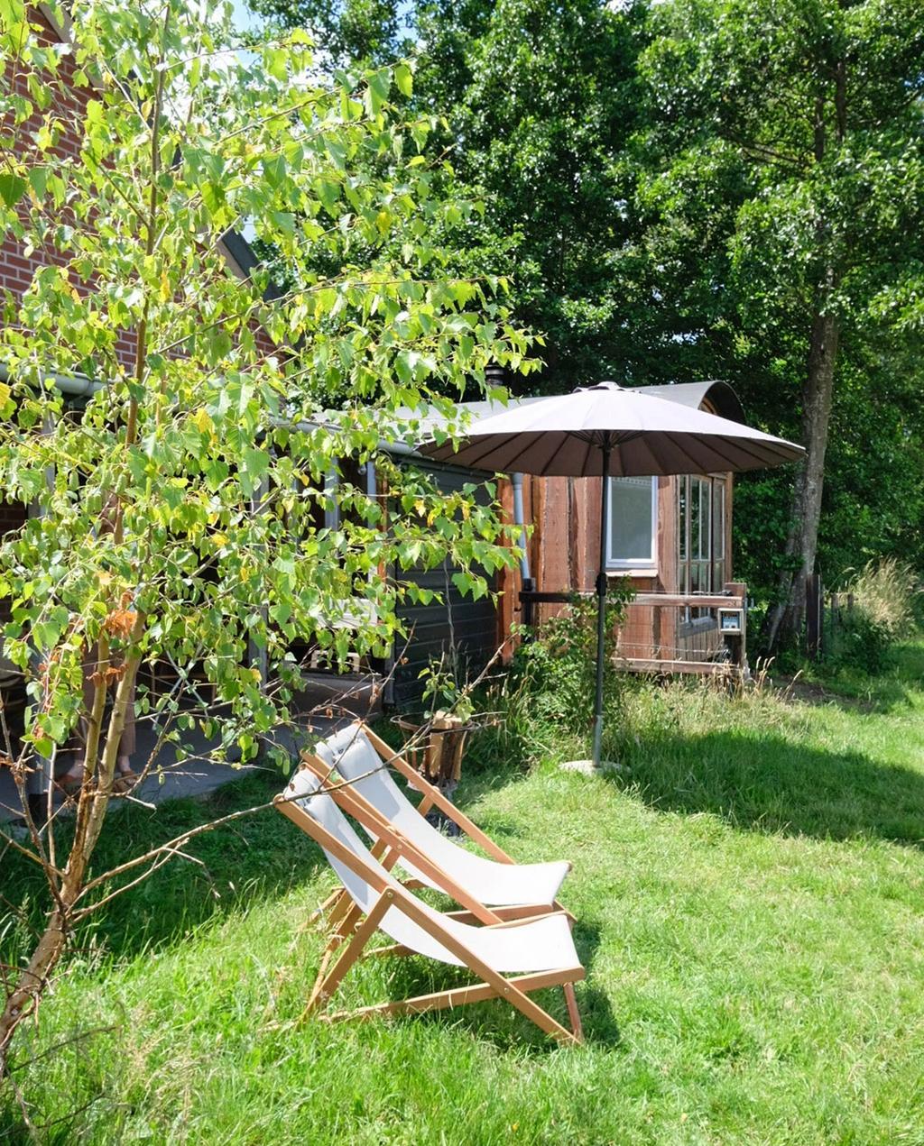 vtwonen special zomerboek 08-2020 | tiny house met twee ligstoelen