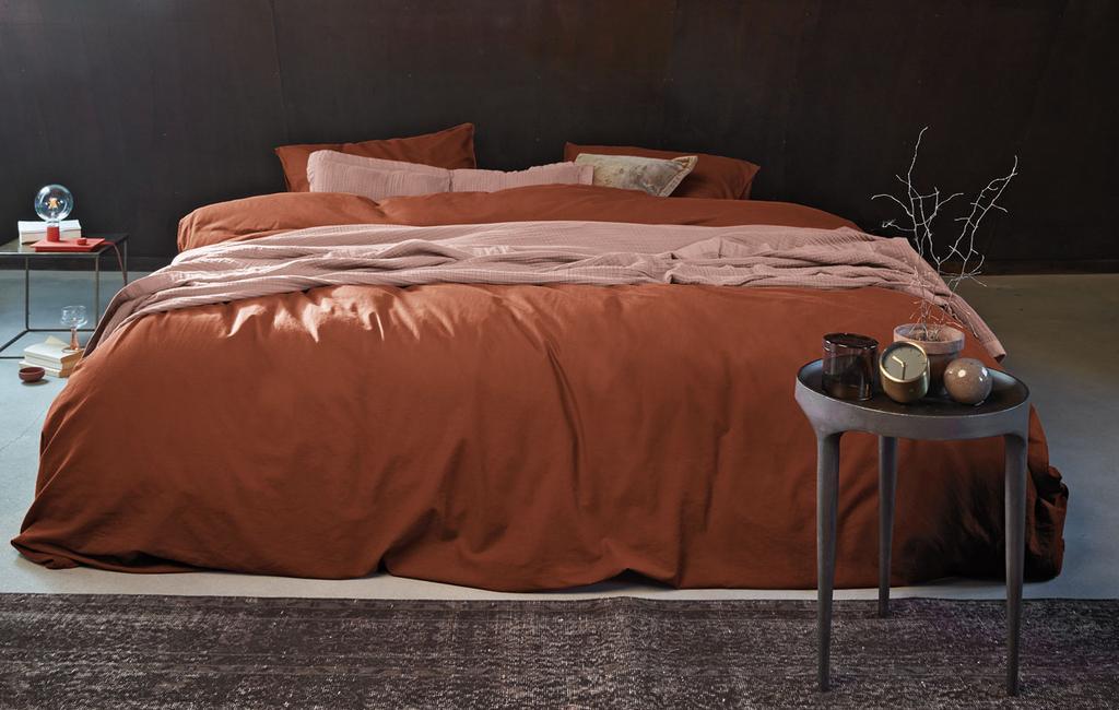 vtwonen 10-2019 | slaapkamer aardetinten rood bedlinnen