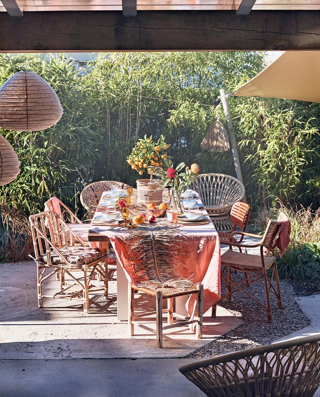 vtwonen tuin special 2 2020 | eetplaats buiten rotan stoelen
