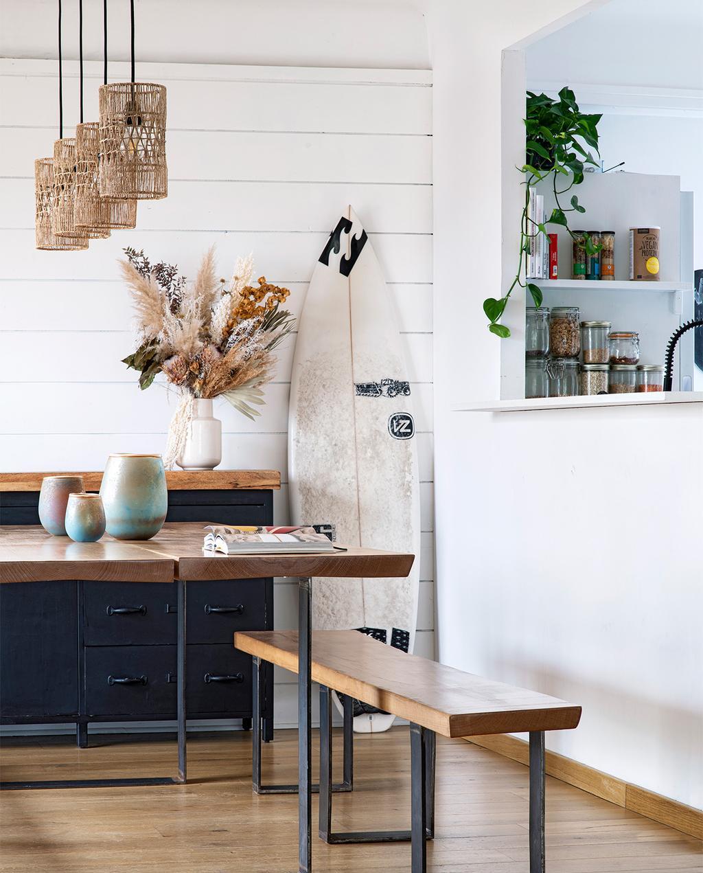 vtwonen binnenkijk special 07-2021   eettafel in huis met het surfplank