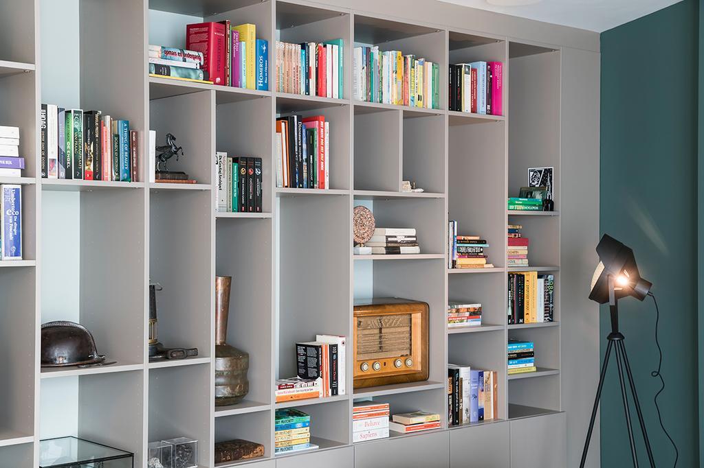Grijze boekenkast | Maatwerk èggo