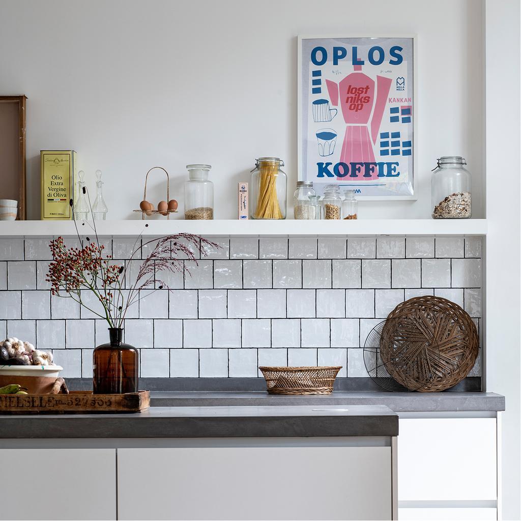 vtwonen 03-2020 | lichte keuken met witte tegeltjes oploskoffie kunst