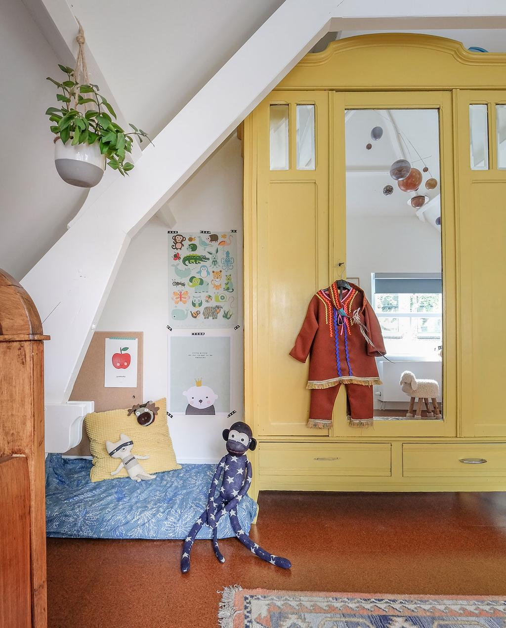 vtwonen 03-2021 | kinderkamer met gele kast en knuffels