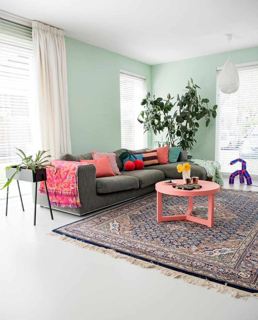 vtwonen binnenkijken special | binnenkijken in een kleurrijk nieuwbouwhuis in Eindhoven woonkamer