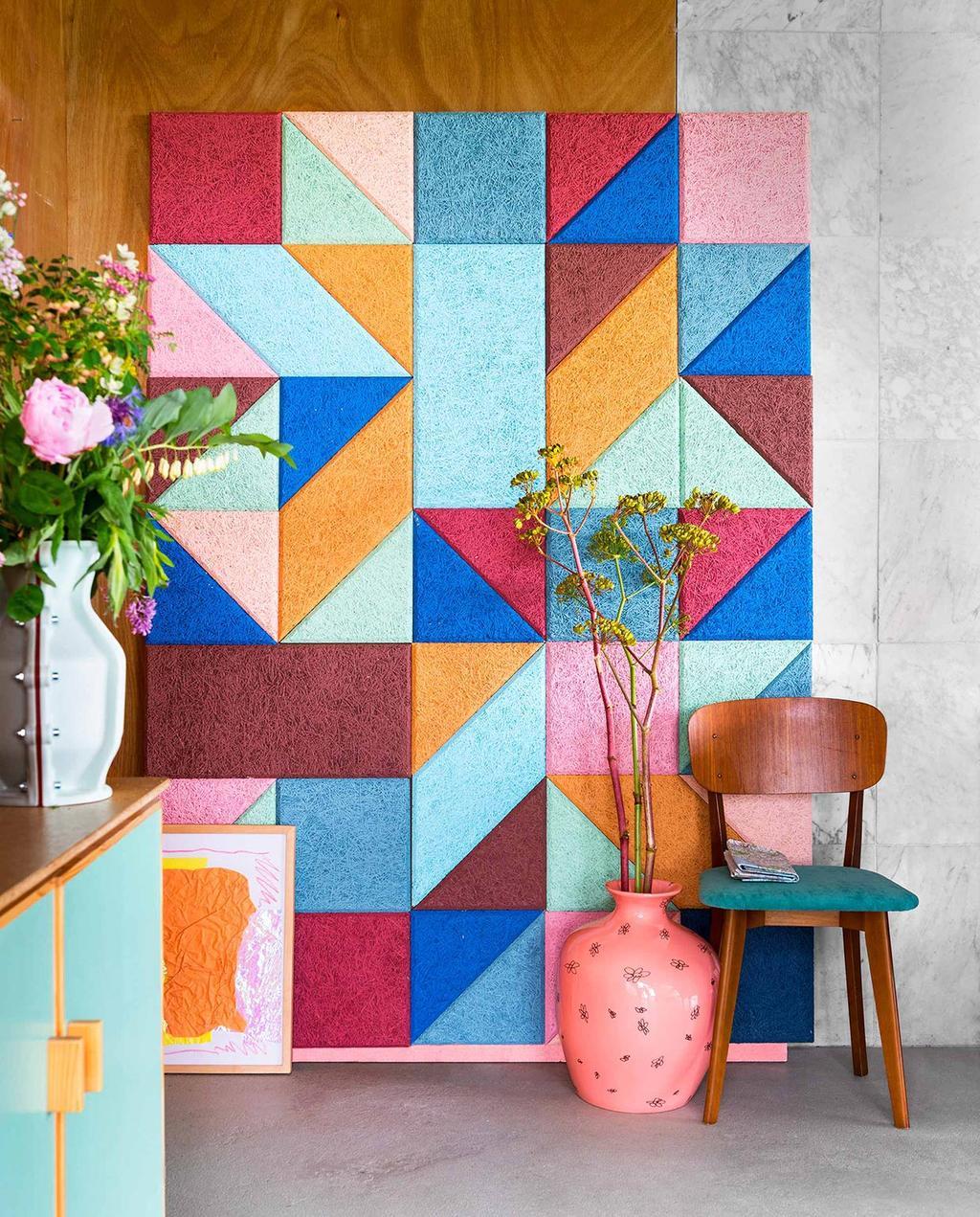vtwonen 08-2016   kleurrijk geometrisch paneel op muur