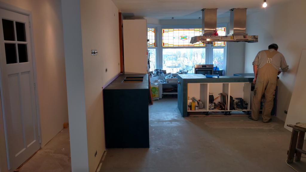 zie-hier-mijn-vriend-enorm-hard-aan-het-werk-al-7-jaar-aan-onze-leef-woonkeuken-zelf-gemaakt-aanrecht-van-beton-cire