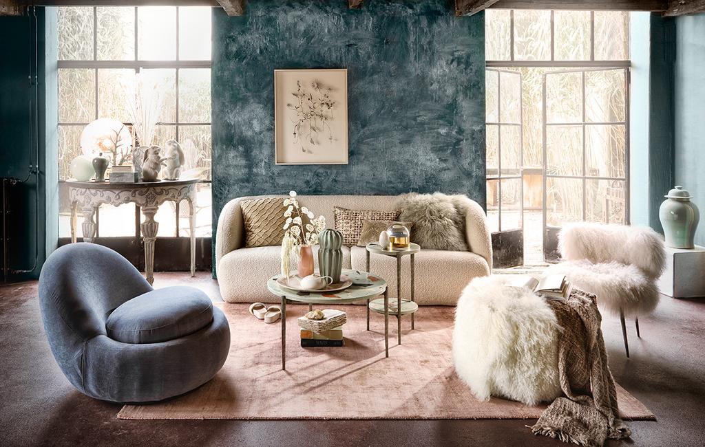 vtwonen 06-2021 | bank in de woonkamer een blauwe moderne fauteuil I stijlenmix in huis