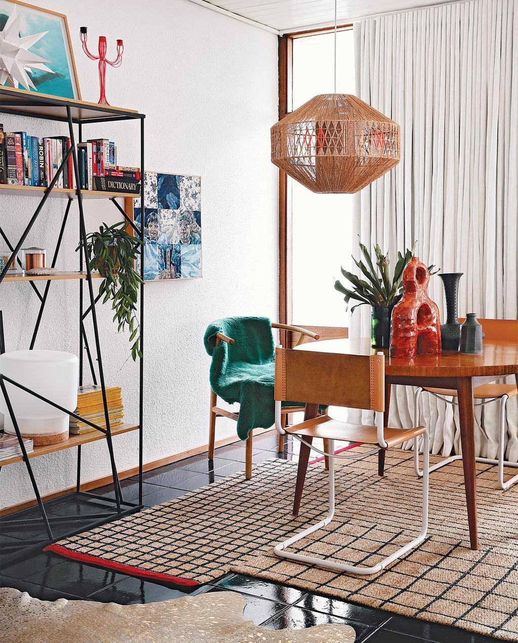 vtwonen special zomerhuizen 07-2021 | ronde tafel met verschillende vloerkleden met geometrische lijnen