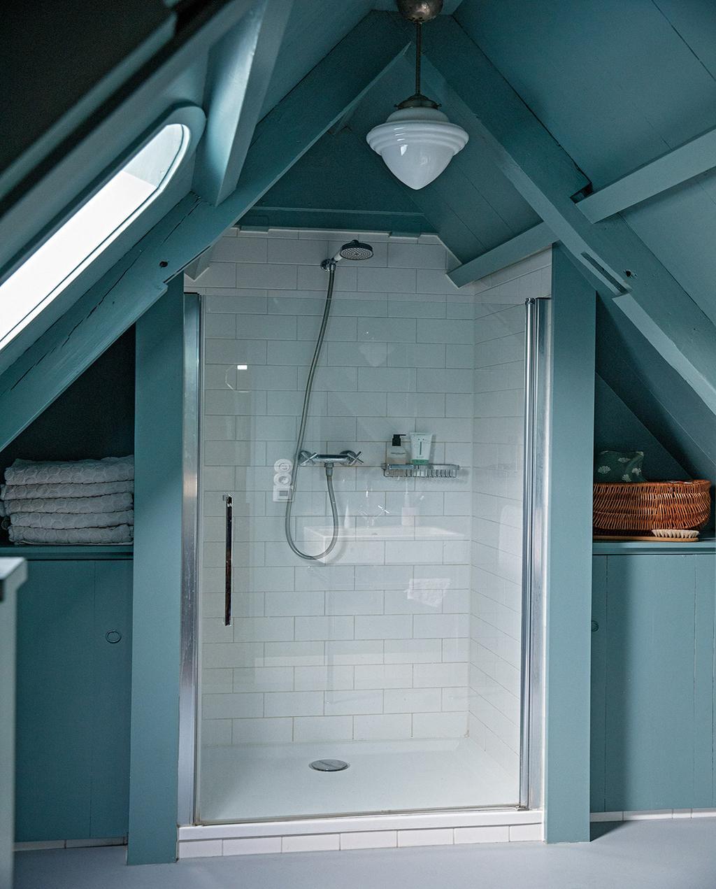 vtwonen 05-2021 | badkamer met douche in blauw