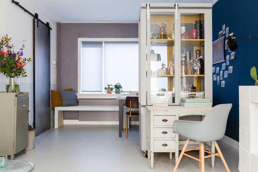 vintage vitrinekast werkplek bureau