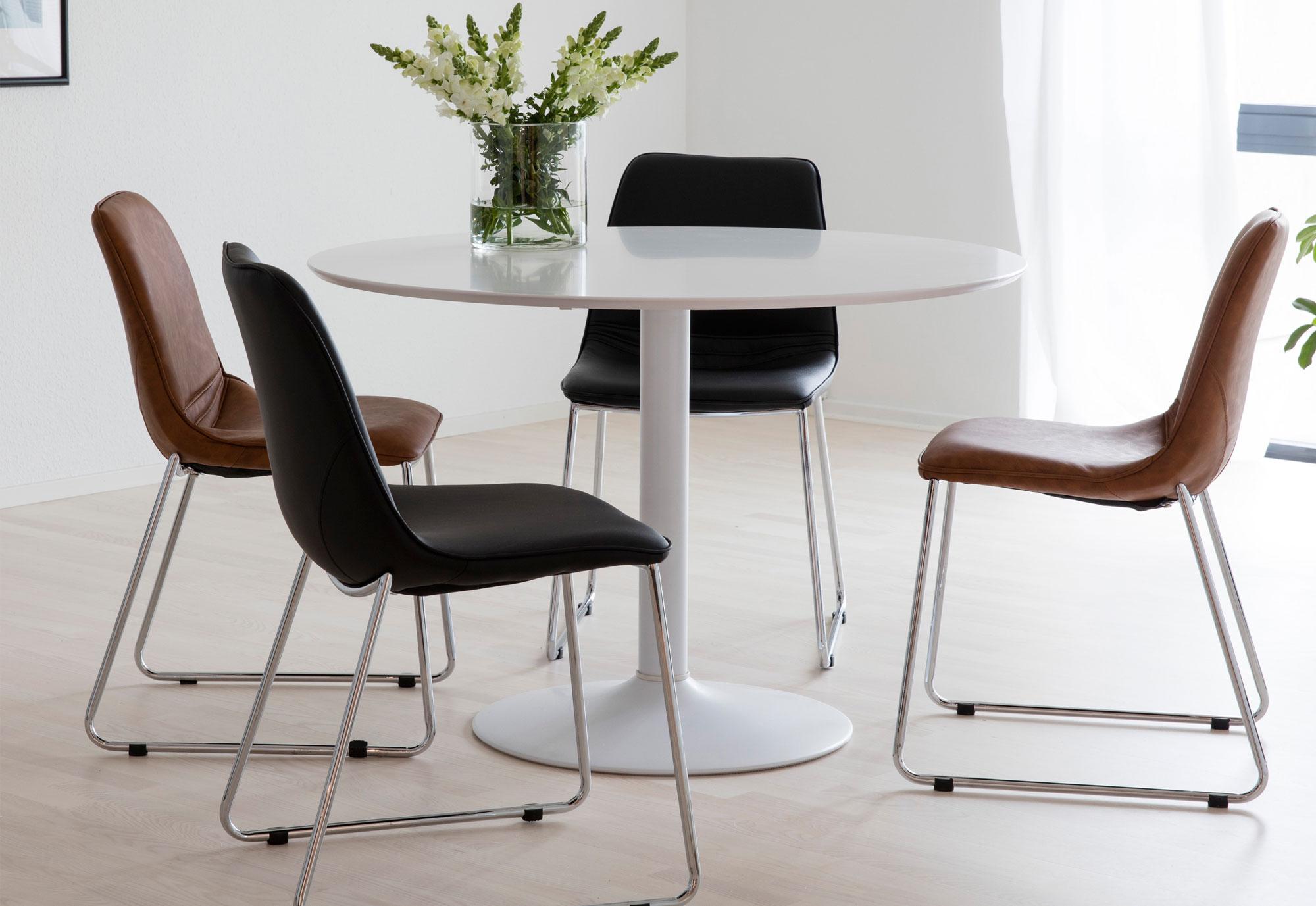 Gezellig tafelen aan een ronde eettafel